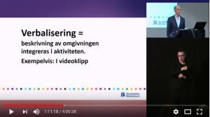 Skärmbild från webbsänd föreläsning. Talare, teckenspråkstolk och presentationsbild med texten Verbalisering = beskrivning av omgivningen integreras i aktiviteten. Exempelvis i videoklipp